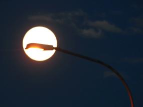 street-light-lamp-full-moon-silhouette-4k_4kkaworh__F0000